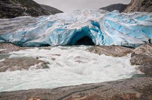 geleira jostedalsbreen e rio glacial na noruega