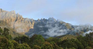 vista do nascer do sol do Monte Kinabalu em Sabah, Bornéu, Malásia foto
