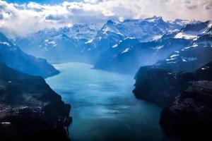 vista aérea exclusiva do avião dos Alpes suíços centrais.