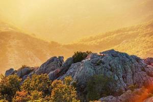 lindo pôr do sol sobre a montanha