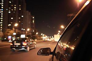 aparência urbana borrada das noites de movimento do carro foto
