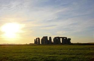 dramático pôr do sol em stonehenge foto