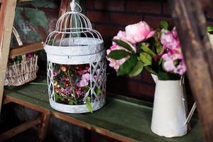 cesta com flores artificiais