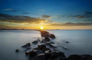 rochas e o pôr do sol tropical foto
