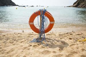 bóia salva-vidas vermelha na praia foto