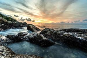 vista do mar durante o nascer do sol em phuket na Tailândia. bela paisagem natural do mar foto