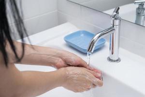 lavagem das mãos com sabão em água corrente 1 foto