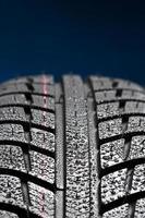 roda de carro com gotas de chuva foto