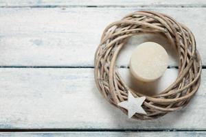coroa do advento com vela branca, estrela de madeira sobre madeira