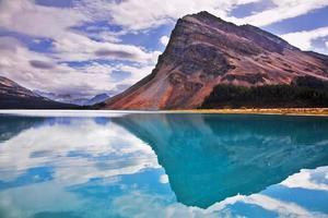 a enorme rocha nas águas esmeralda do frio lago da montanha