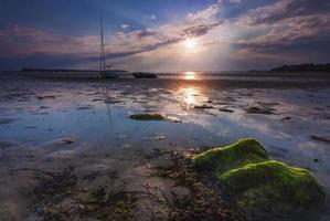 os barcos ficam altos e secos na costa em bancos de areia foto