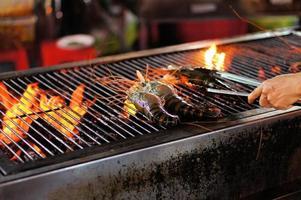 camarões grelhados na grelha em chamas