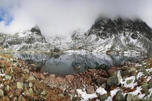 lindo lago de montanha em tatras altos foto