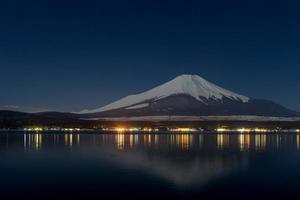 linda mt. fuji de um lago yamanakako foto