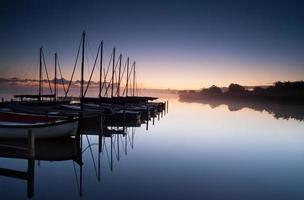 porto de iates ao nascer do sol foto