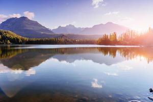 lago strbske pleso em alta montanha tatras, eslováquia, europa