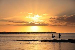 três jovens pescadores foto
