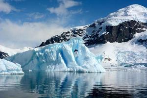 o lindo gelo azul com fundo de montanhas cobertas de neve foto