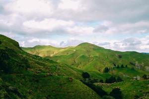 montanhas verdes sob nuvens brancas