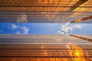 iluminação dourada entre edifícios foto