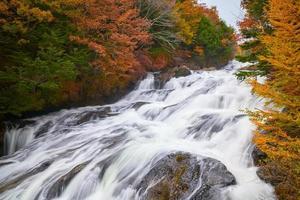 outono de ryuzu com outono colorido no japão foto