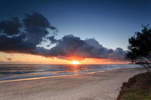 praia australiana ao nascer do sol foto