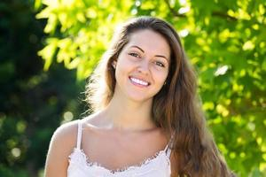 retrato ao ar livre de mulher sorridente