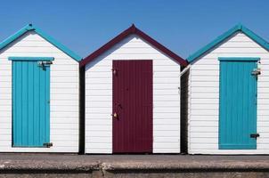 cabanas de praia coloridas em paignton, devon, reino unido. foto