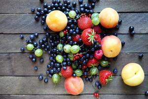 frutas frescas na mesa, vista de cima foto