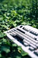 teclado abandonado e danificado em um asilo italiano foto