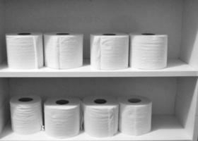 rolos de papel higiênico na prateleira foto