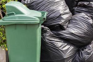 lixo e sacos de lixo foto