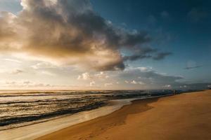 praia tranquila na hora do pôr do sol foto