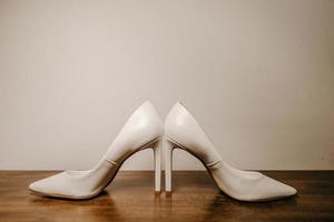 sapatos de salto alto na mesa de madeira