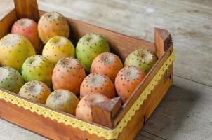 bela caixa cheia de peras espinhosas. foto