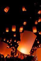 lanterna flutuante, festival de balões yi peng em chiangmai Tailândia