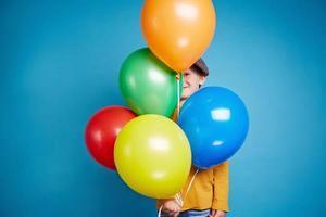 menino com balões