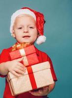 menino com chapéu vermelho de papai noel foto