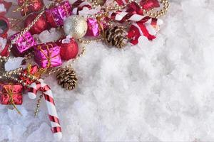 decoração de natal coberta de neve foto