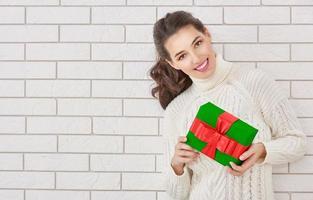 mulher com um presente foto