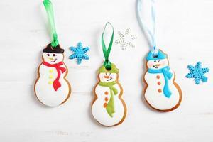 três biscoitos de gengibre em um fundo branco