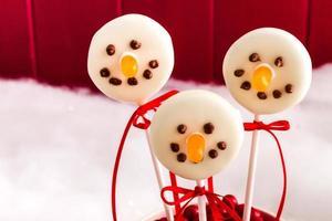 bonecos de neve e bolo de rena foto