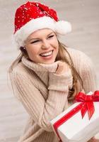 menina santa com presente de natal foto