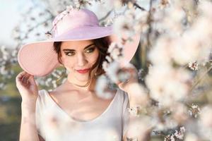 jovem no jardim florido na primavera