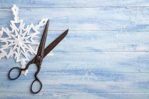 tesouras vintage e floco de neve de papel no lado esquerdo