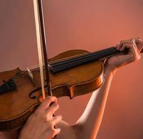 jovem mulher com violino foto
