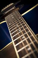 ângulo do braço de uma guitarra azul foto