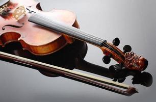 violino e arco em fundo escuro foto