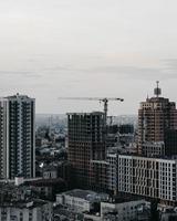 fotografia grande angular de edifícios durante o dia foto