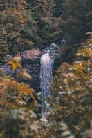 cachoeira nas montanhas foto